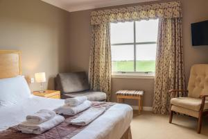 A bed or beds in a room at Purdy Lodge