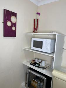 A kitchen or kitchenette at The Railway Sleeper Lodge