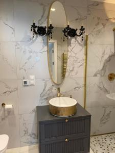 A bathroom at Apartament złoty