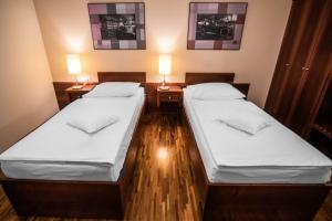 A bed or beds in a room at Dvor Jezersek Brnik