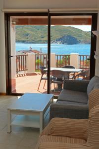 A seating area at Apartamentos El Bergantin Menorca Club