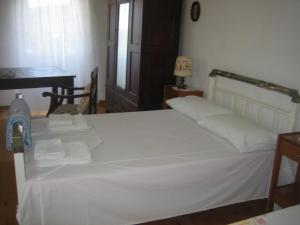 A bed or beds in a room at Joanna's Cottage