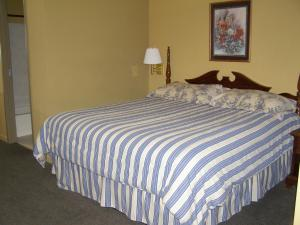 A bed or beds in a room at First Western Inn Caseyville