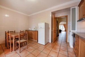 A kitchen or kitchenette at Villas Pinhal da Falésia