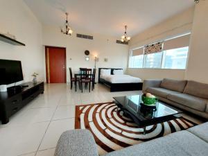 Area soggiorno di Private rooms in 3 bedroom apartment SKYNEST Homes marina pinnacle
