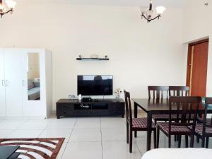 TV o dispositivi per l'intrattenimento presso Private rooms in 3 bedroom apartment SKYNEST Homes marina pinnacle