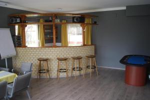 The lounge or bar area at Casa Napsugár Panzió