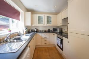 A kitchen or kitchenette at Detached House, 6 Beds, Free WiFi, Off-Road Parking