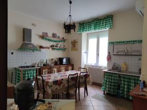 A kitchen or kitchenette at Josephine's house
