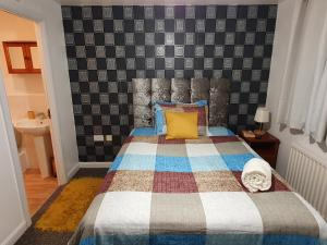 A bed or beds in a room at Mannys Lodge - Flagship Apartment