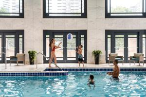 The swimming pool at or close to Four Seasons Hotel Atlanta