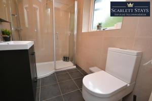 A bathroom at 4 Bedroom House at Scarlett Stays Serviced Accommodation Nottingham , Chilwell House