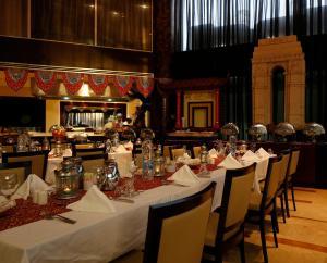 Um restaurante ou outro lugar para comer em Holiday Inn Riyadh Izdihar, an IHG Hotel