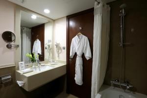 Um banheiro em Holiday Inn Riyadh Izdihar, an IHG Hotel
