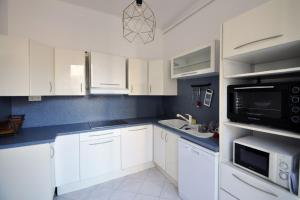 A kitchen or kitchenette at Charming apartment close to the center
