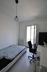 A bed or beds in a room at Charming apartment close to the center