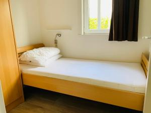 A bed or beds in a room at Nieuw Huisje nummer 3