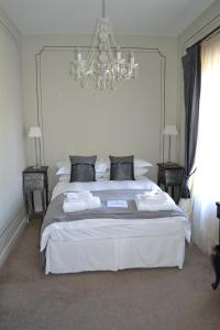 A bed or beds in a room at Waterhouse Guest House