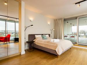 A bed or beds in a room at Cracow Riverside