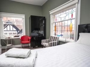 A bed or beds in a room at Grosvenor Place Guest House