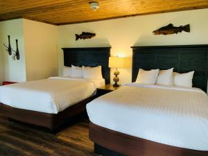 A bed or beds in a room at Lake Quinault Lodge