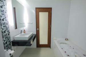 A bathroom at Baan Nilrath Hotel