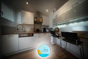 A kitchen or kitchenette at SEA HOME