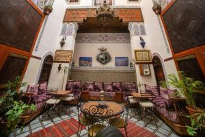 Ein Restaurant oder anderes Speiselokal in der Unterkunft Riad Meski