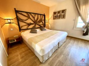 A bed or beds in a room at Hotel Les Grenadines