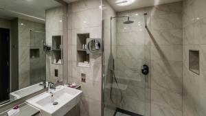 A bathroom at Crowne Plaza Aberdeen Airport, an IHG Hotel