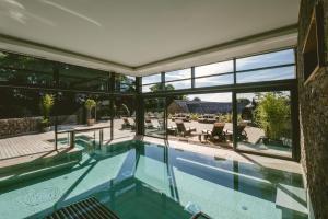 Der Swimmingpool an oder in der Nähe von Boringdon Hall Hotel and Spa