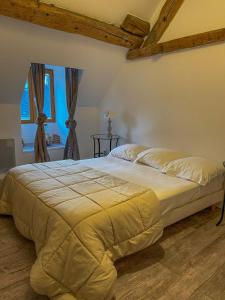 A bed or beds in a room at Chambres d'hôtes et Gîte Felicidade