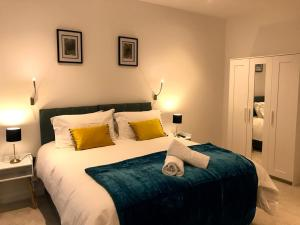 A bed or beds in a room at Maplewood luxurious one-bed flat with free parking