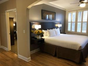 A bed or beds in a room at BEST WESTERN PLUS Hawthorne Terrace Hotel