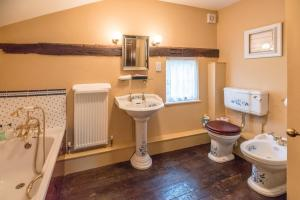 A bathroom at Cliftons Cottage, Clare