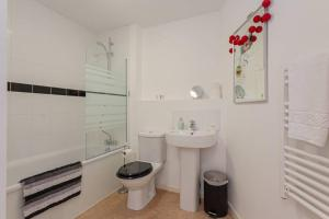 A bathroom at Amazing 2 bedroom apartment with parking space