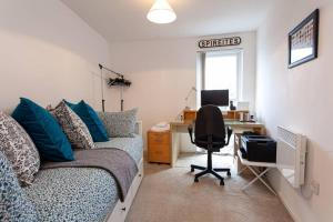 A seating area at Amazing 2 bedroom apartment with parking space