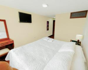 A bed or beds in a room at Hotel El Lago