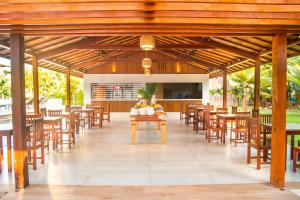 A restaurant or other place to eat at Novo Sol Hotel - Rede Soberano