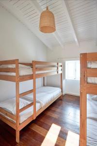 Uma ou mais camas em beliche num quarto em Aldeia da Pedralva - Slow Village