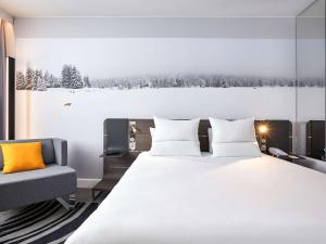 A bed or beds in a room at Novotel Lodz Centrum