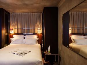 Een bed of bedden in een kamer bij Mama Shelter Paris East