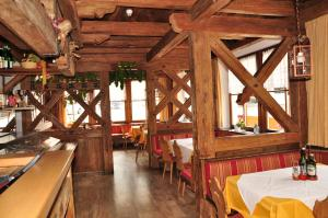A restaurant or other place to eat at Hotel Dolomiten
