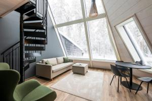 Ein Sitzbereich in der Unterkunft Glass Resort