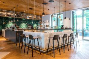 De lounge of bar bij Hyatt Regency Amsterdam