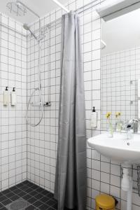 A bathroom at Upperud 9:9