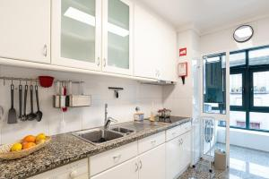 A kitchen or kitchenette at Porto Gaia RR Apartment by MP