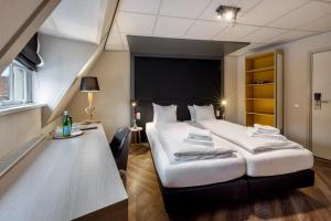 A bed or beds in a room at Broeck Oudewater