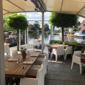 A restaurant or other place to eat at Schippershuis Terherne