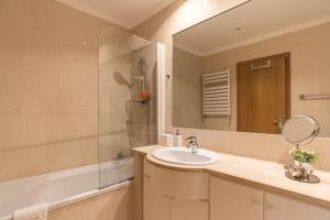 A bathroom at Porto Gaia RR Apartment by MP